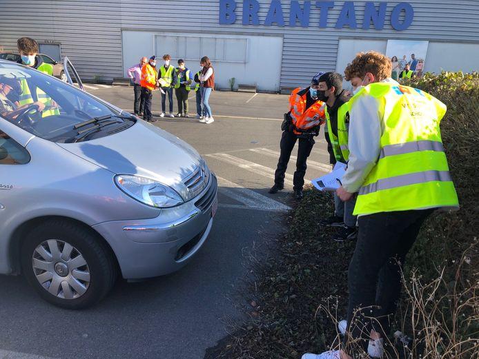Zesdejaars van het VTI in Menen helpen politie tijdens controleactie van voertuigen