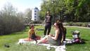 Lekker chillen in het Stadswandelpark in Eindhoven. Op de achtergrond het Philips Observatorium.