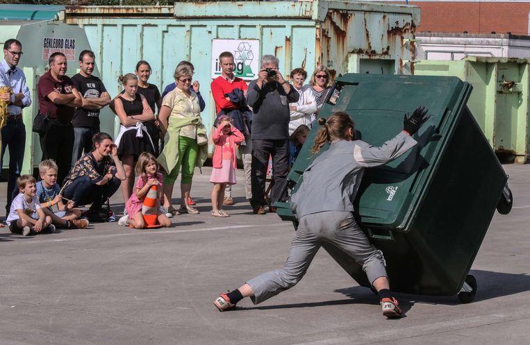 Dansers treden op tussen de containers en het afval.