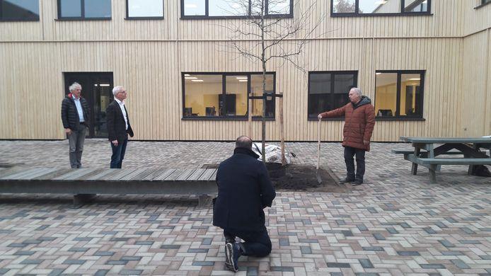 Een officieus, officieel momentje bij de Strabrecht-nieuwbouw. Vlnr: bestuursvoorzitter Meine Stoker, Strabrecht-directielid Hans Abels, gemeentelijk fotograaf Marco Magielse en wethouder Rob van Otterijk.