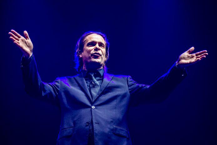 Hans Teeuwen hervat binnenkort de tournee van zijn nieuwe show 'Nou Lekker Dan'