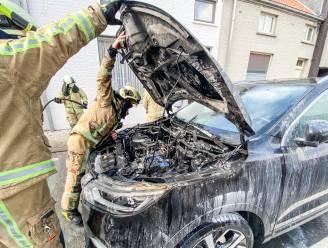 Auto vat vuur in de Nederenamestraat