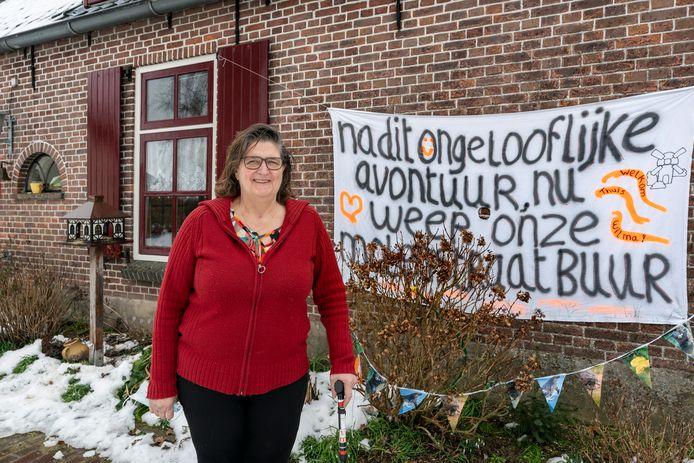 Een warm welkom voor Wilma van Haaften bij terugkeer in haar vertrouwde huisje in Hurwenen. Ze lag 3,5 maand in het JBZ vanwege corona.