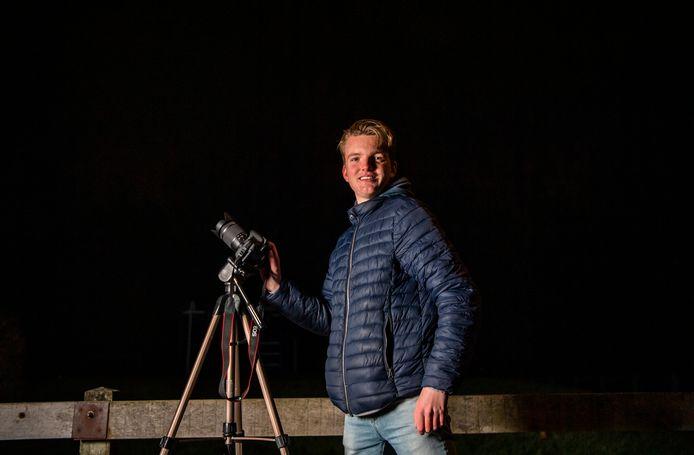 Wesley Hogenvorst is helemaal idolaat van het firmament: sterren, vallende sterren, sterrenstelsels, orkanen, stormen, bliksem, en van de geminidenmeteorenzwerm, die zondag op maandag heel erg goed te zien is boven Nederland.
