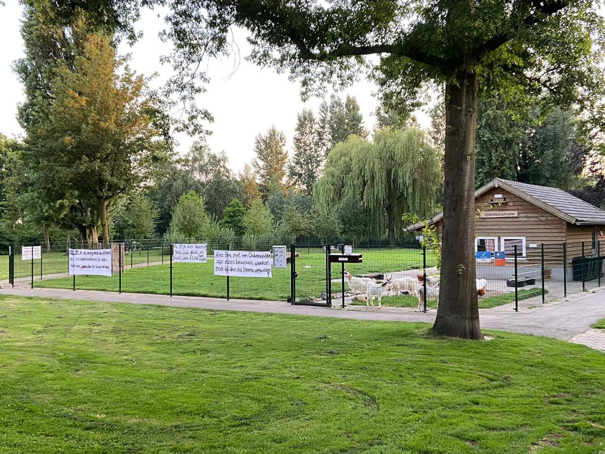 Bij het dierenparkje in het Schijndelse Veronicapark werden deze week spandoeken opgehangen. Die zijn al snel weer verwijderd.