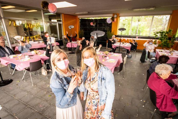 Deskundige dienstencentrum Aline Pauwels en medewerkster Kelly Depoorter heffen het glas op de heropening van buurtrestaurant Te Goare