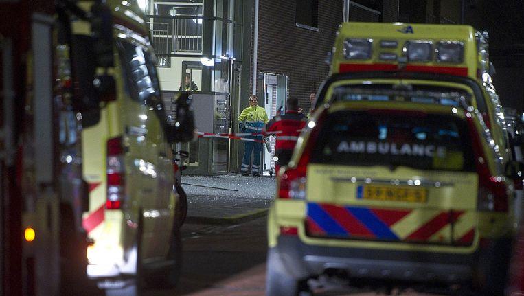 Ambulances staan bij de ingang van de woning aan de Pieter van der Werfstraat in de wijk Geuzenveld waar bij een schietpartij een dode is gevallen. Beeld anp