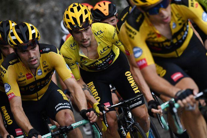 Tom Dumoulin (l) en Primoz Roglic (m) in actie tijdens de 15de etappe van de Tour.