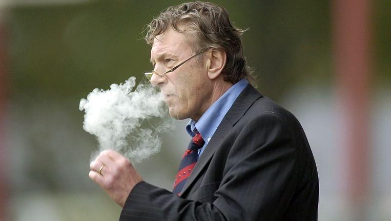 Frits Korbach op een karakteristieke foto, met sigaartje. © PRO SHOTS Beeld