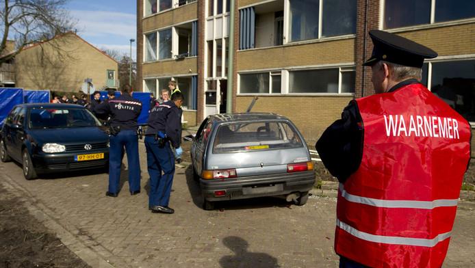 Studenten van de Politieacedemie nemen deel aan een oefening in een leegstaand woonblok in Leidschendam