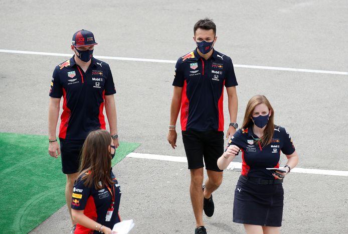 Alexander Albon en Max Verstappen (links) zijn op weg naar de persconferentie in Barcelona.