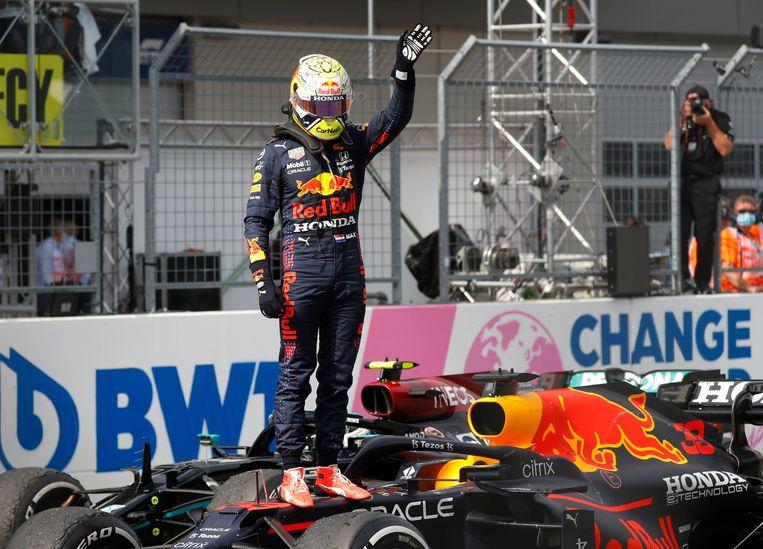 Max Verstappen viert de overwinning.  Beeld REUTERS