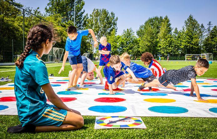 Kinderen spelen Twister tijdens de buitenspeeldag dit jaar.