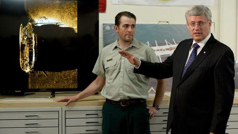 De Canadese premier Harper (rechts) gaf gisteren meer uitleg over het gevonden schip. Beeld AP