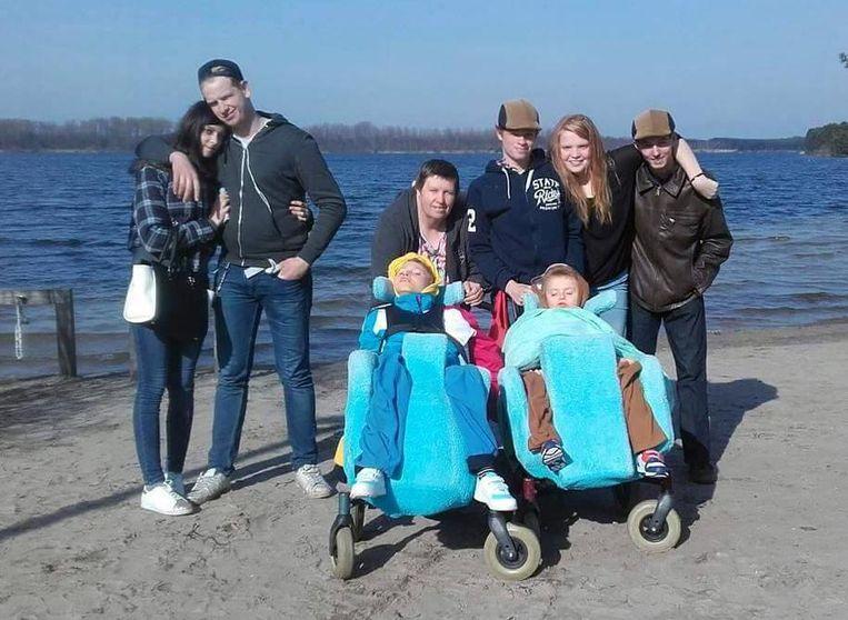 Vlnr: Jocye (vriendin van broer Kenny), Kenny, mama Annick, broer Kenneth, Kjenta en vriend Joeri. Vooraan links zit Kjenna en rechts Kenzo.