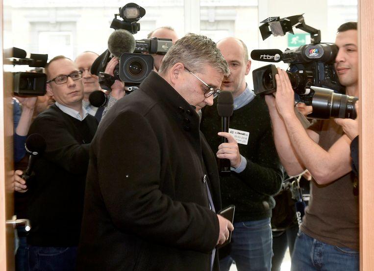 ► Steven Vandeput wordt omstuwd door journalisten. Beeld Photo News
