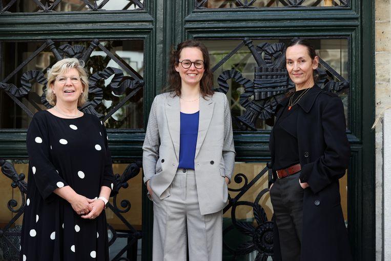 Het nieuwe artistieke team van Toneelhuis. Van links naar rechts: algemeen directeur Maud Van de Velde, artistiek directeur Kathleen Treier en hoofd artistieke innovatie Elsemieke Scholte. Beeld Kristof Ghyselinck