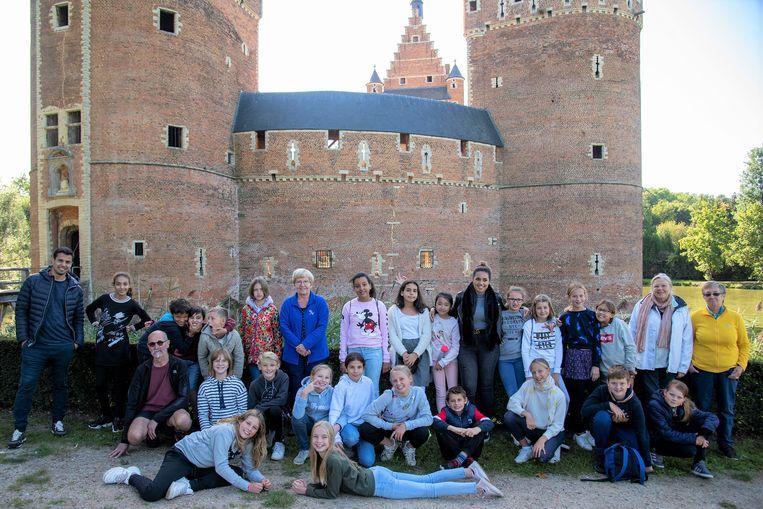 Ook de kinderen van de gemeenteschool van Huizingen bezochten het Kasteel van Beersel.