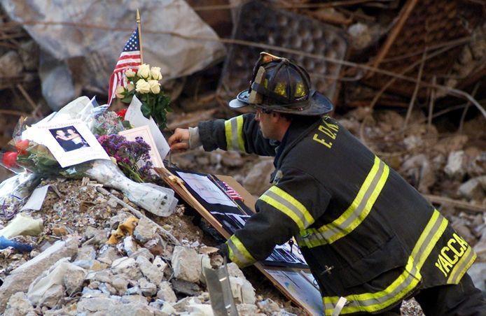 Archiefbeeld: een brandweerman aan een gedenkplaats voor de slachtoffers van de terreuraanslagen van 9/11.
