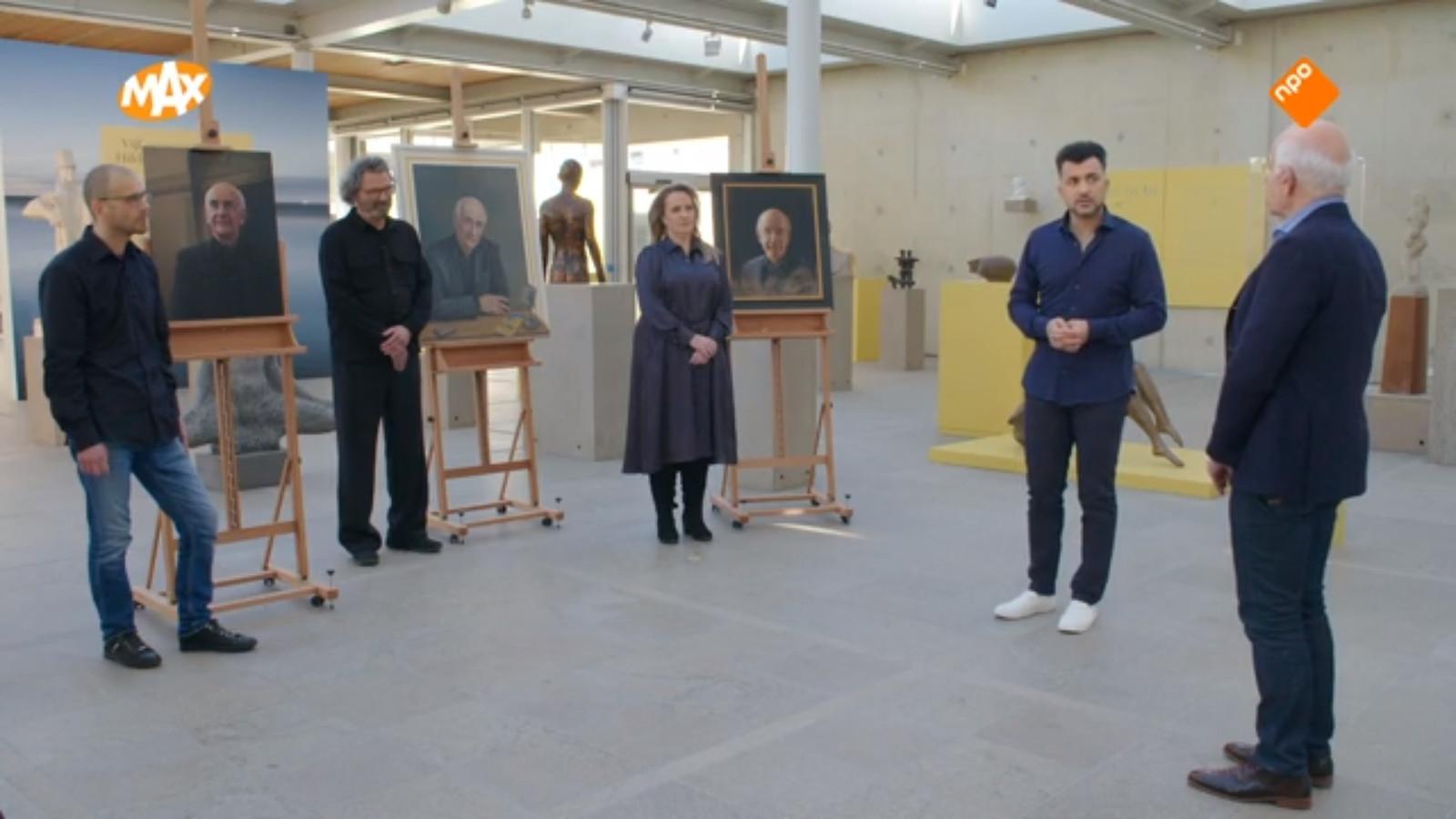 Frits Spits beoordeelt de drie kandidaten aan Sterren op het Doek. Links Erik van de Beek uit Ooij, bij het meest rechtse schilderij staat maakster Simone Balhuizen (De Steeg).