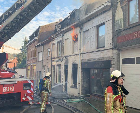 Bij aankomst van de brandweer sloegen de vlammen al uit het raam op de bovenverdieping.
