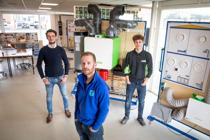 Twee installateurs en eentje in wording. Van links naar rechts:  Martijn Averink, Leo Albersen en Tim ten Brinke.