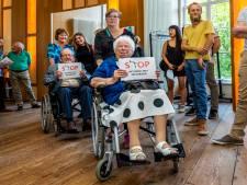 Jong en oud uit zorgcentrum Tuindorp-Oost protesteert in raadszaal