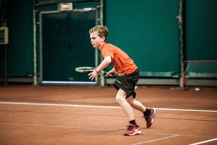 Otto in actie: hij speelt twaalf uur tennis per week.