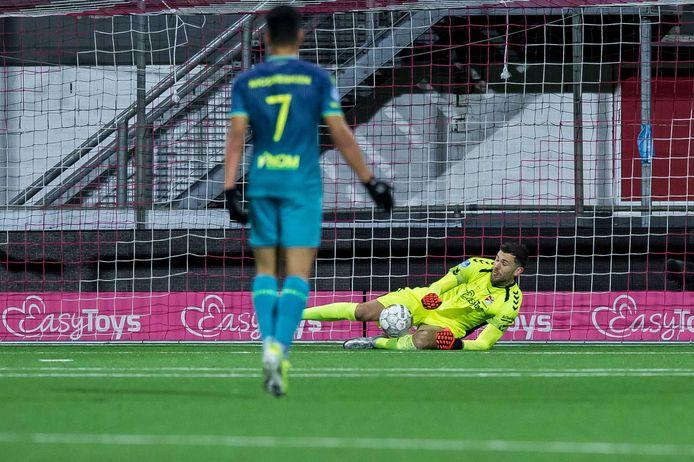 Emmen-doelman Michael Verrips ging hopeloos in de fout bij de tegengoal.