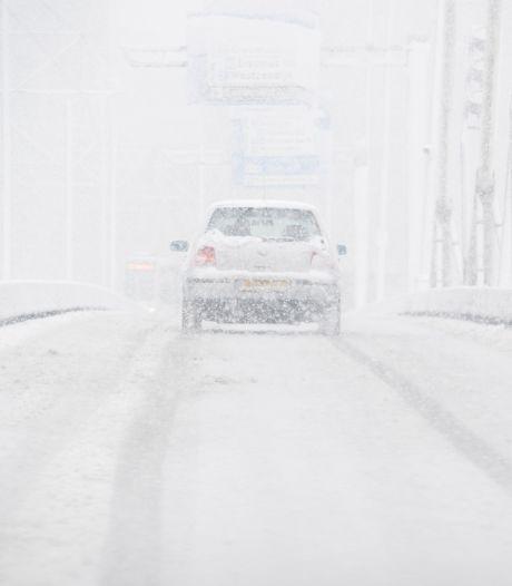 Dikke laag sneeuw vraagt om extra alertheid: 'Het allerbeste is om thuis te blijven'