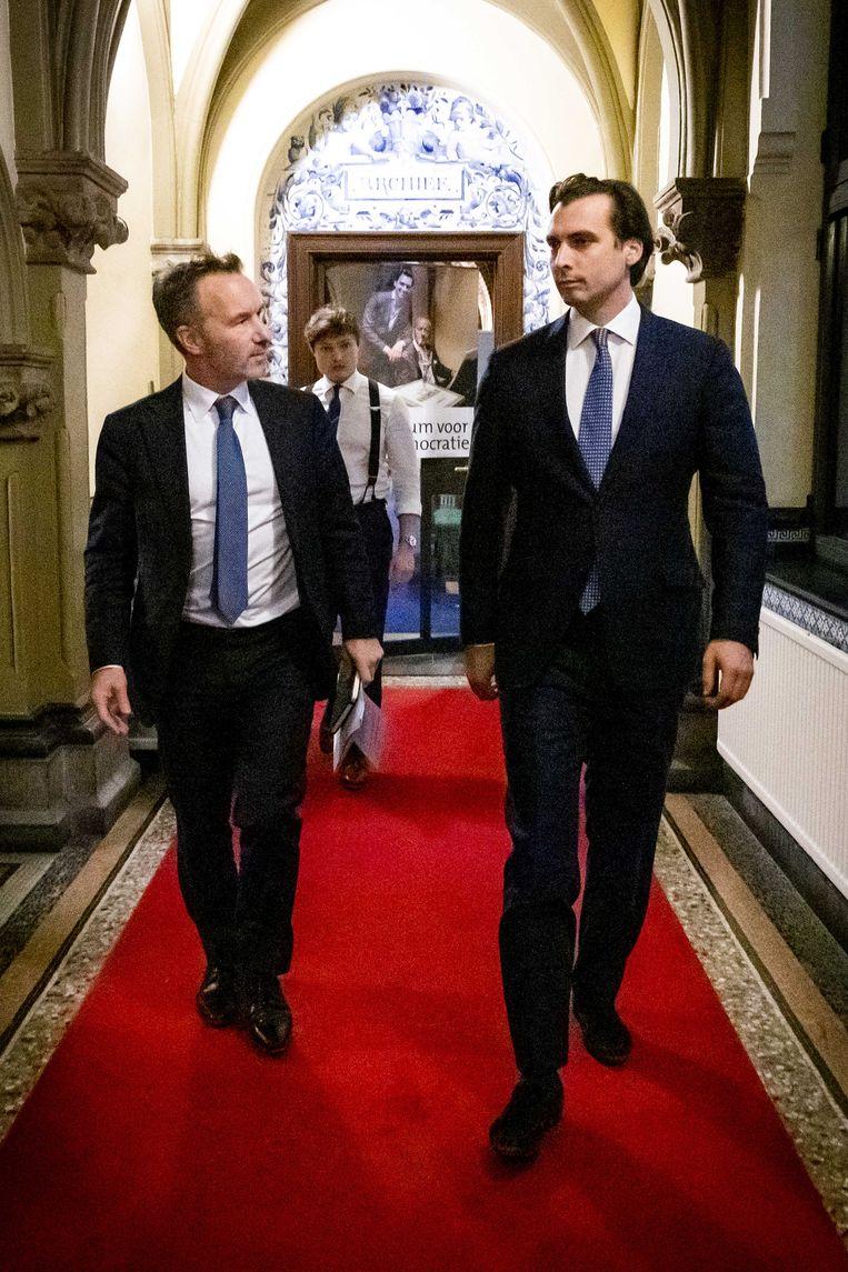 Wybren van Haga en Thierry Baudet onderweg naar de stemmingen na afloop van het wekelijks vragenuur in de Tweede Kamer, begin december. Beeld ANP
