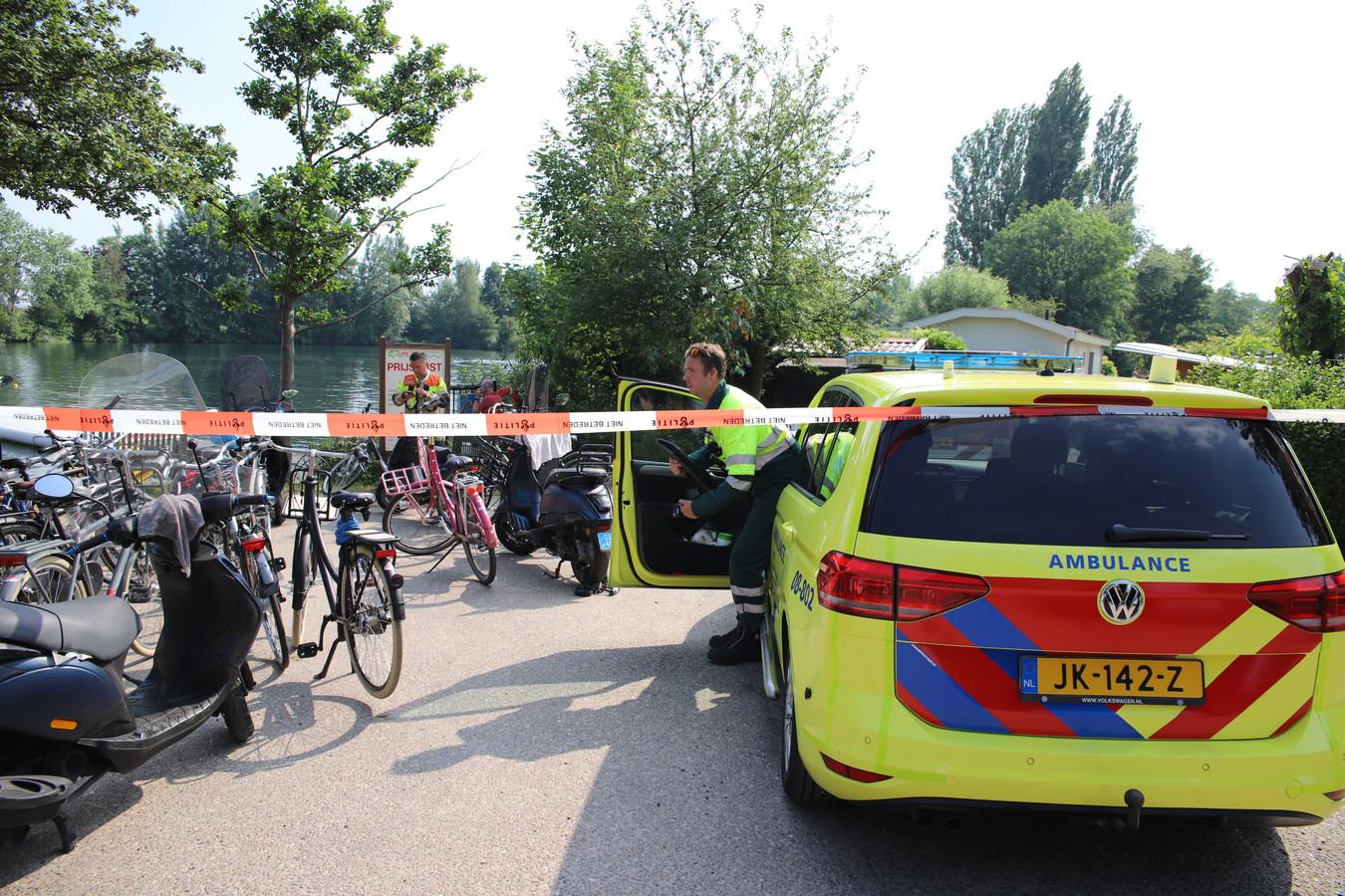 Hulpdiensten woensdagmiddag bij de plas in Kapel-Avezaath.