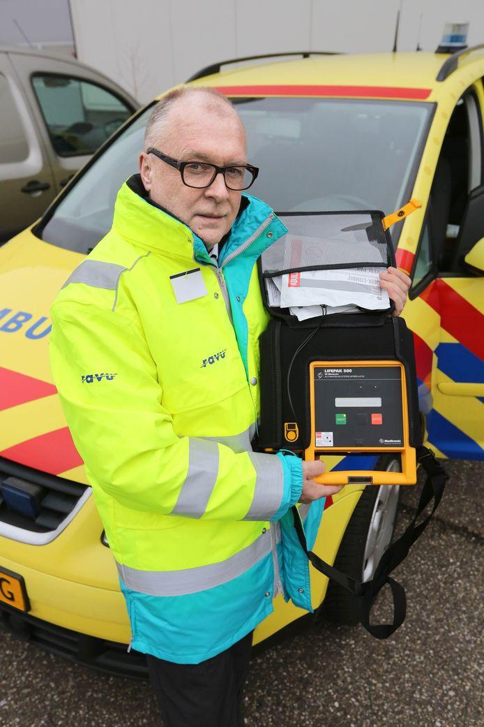John van Engelen toont een AED. 'In een stad als Amersfoort is het moeilijker om zo'n burgerinitiatief van de grond te krijgen.'