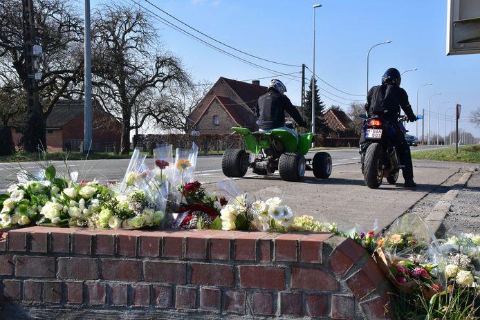 Enkele vrienden komen langs op de plaats van het ongeval dat Xander De Roo (22) uit Tielt het leven kostte, langs de Deinsesteenweg in Aarsele.