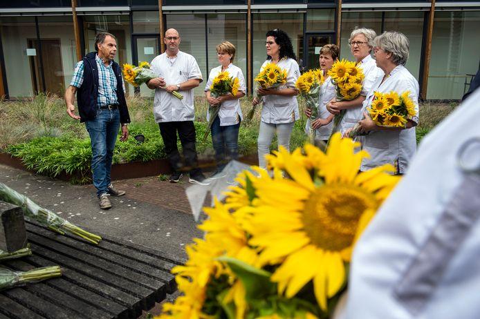 Ongeveer 110 medewerkers kregen een bos zelf geteelde zonnebloemen.