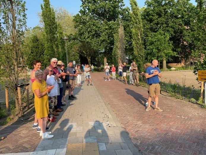Omwonenden en leden van de actiegroep Groene Dorpsrand protesteerden deze nog maar eens bij het Bemmelse gemeentehuis, toen de politiek debatteerde over het bouwplan Zandsestraat-Waaldijk.