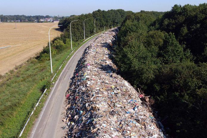 Cette photographie aérienne prise le 3 septembre 2021 montre des déchets sur l'autoroute A601 abandonnée à Juprelle, près de Liège.
