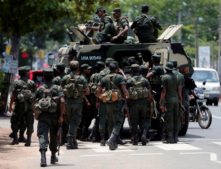 Sri Lankaanse soldaten patrouilleren na een aanval op een moskee in Hettipola, Sri Lanka.