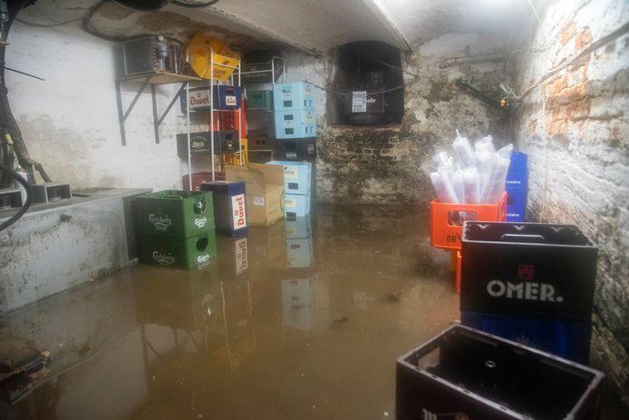 De kelder van café 't Gedacht op de Markt liep onder water.