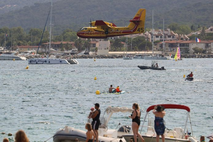 Un aereo dei vigili del fuoco atterra nella baia di Saint-Tropez per raccogliere acqua di mare.