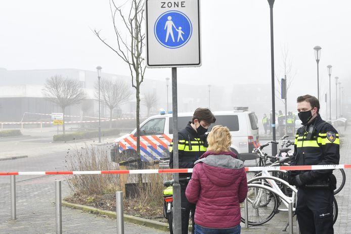 Hulpdiensten bij de coronateststraat van de GGD waar een explosief is afgegaan. Er zijn geen gewonden gevallen, wel zijn ramen vernield.