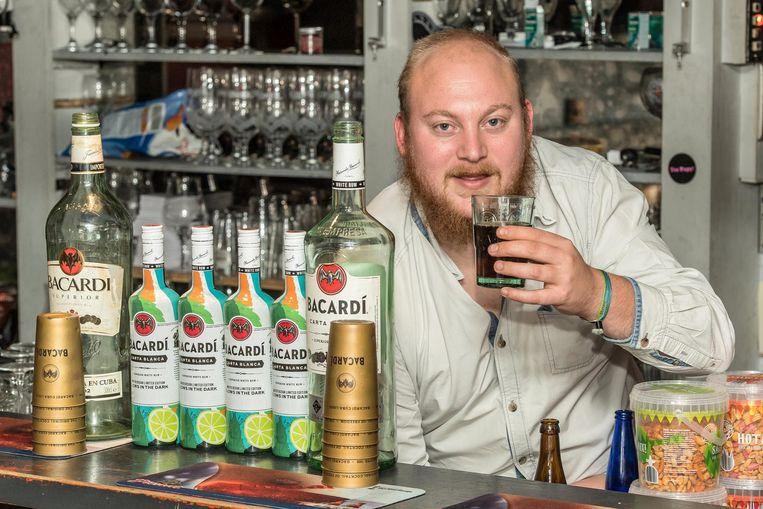 Sander Haeghebaert probeert om de grootste Bacardi-cola te maken voor de vijfde verjaardag van café De Piraat.
