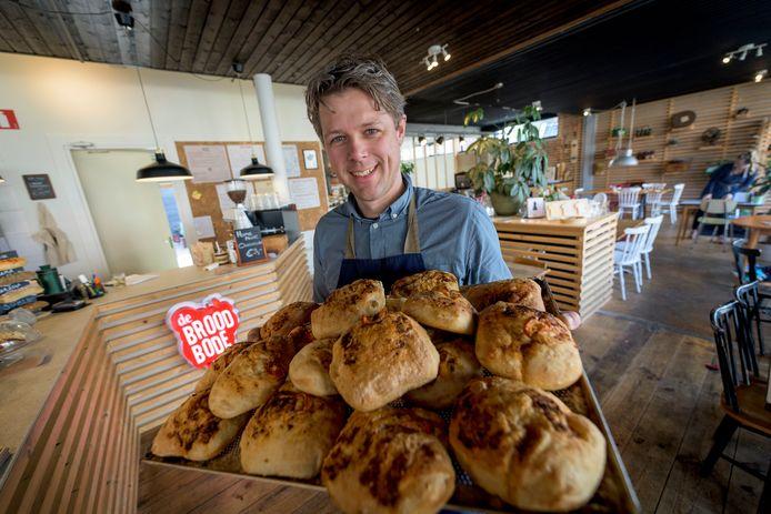 """De lunchroom is een grote hit in Twente. Wekelijks worden er 20.000 broodjes geserveerd. """"Het lijkt op een jongensboek"""", zegt eigenaar Bob van der Velde."""