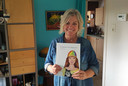 Betty Machiels toont haar eerste boek.