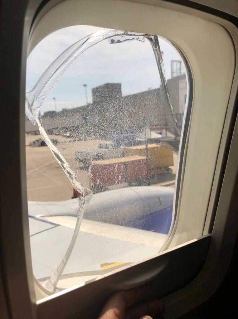 Een gebarsten raampje op vlucht 957 van Southwest. Het vliegtuig kon veilig landen in Cleveland, Ohio.