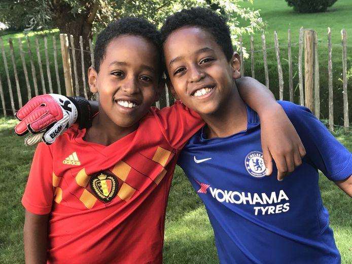 Tweelingbroers Bekema en Sahladin groeien op in een ander adoptiegezin, maar ze schitteren straks samen in een musical.