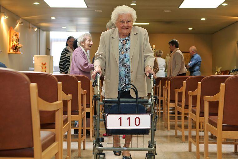 Julia Van Hools rollator is duidelijk: de kranige dame uit Lier is vandaag 110 jaar geworden.