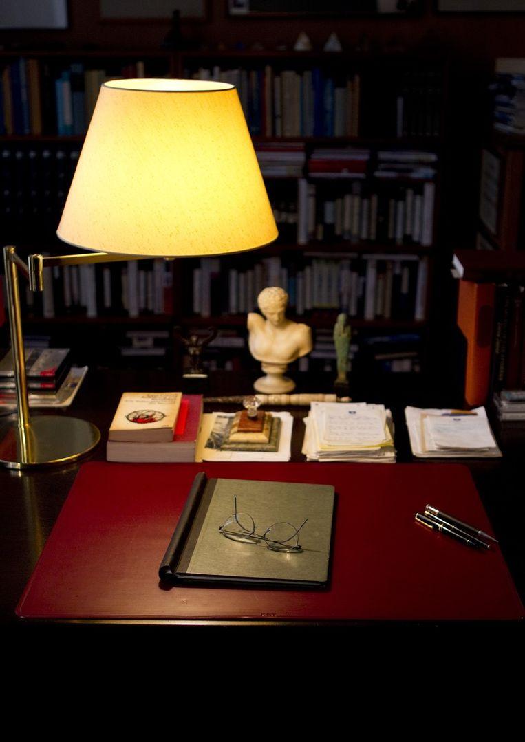 Het bureau, de bril en de pennen. Beeld anp