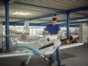 Willem van Beek bij het vliegtuigje dat als voorbeeld dient: nog geen 1,5 meter groot en 120 kilo zwaar.