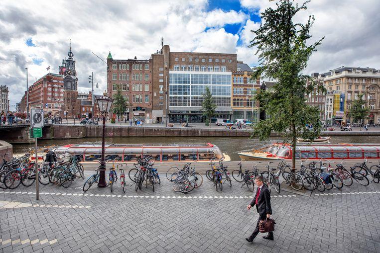 Schuin tegenover het vlaggeschip van Hudson's Bay aan het Amsterdamse Rokin staat het voormalige pand van V&D (midden). De bovenste verdiepingen zijn omgebouwd tot kantoorruimte, de begane grond staat nog steeds leeg. Beeld Raymond Rutting / de Volkskrant